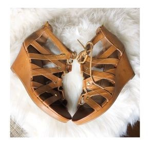 MOSSIMO cute tan wedges with cute gold detailing.